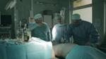 Medici jucand X si O pe pielea pacientului, in timpul operatiei