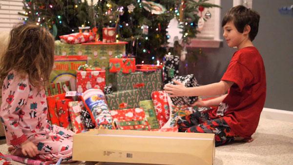 Atenție, părinți! Nu cădeți în capcana abundenței cadourilor de Crăciun!