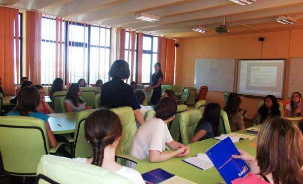 Aproape un milion de români au urmat cursurile de educaţie financiară BaniIQ şi Banii pe Net
