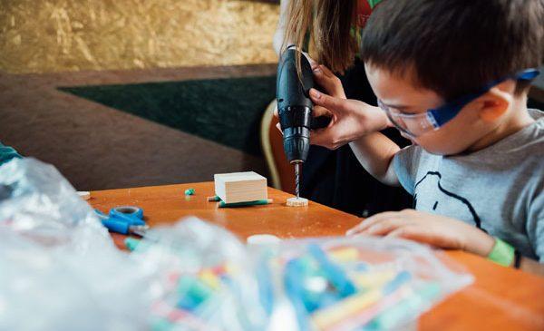 Copiii învață să-și construiască propria jucărie la Veranda Mall