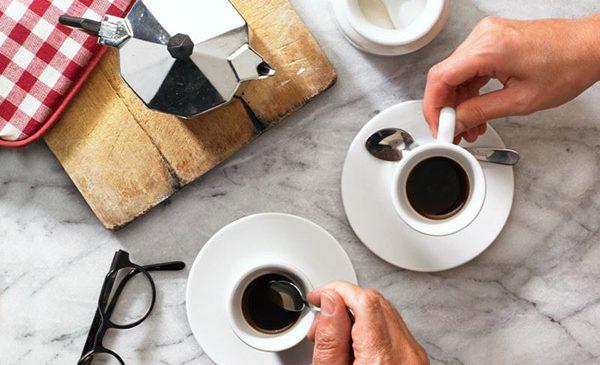 Prima întâlnire, la cafea