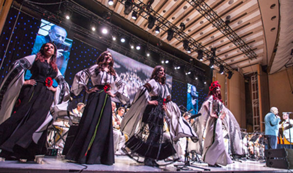 """Colectia """"Zestrea"""" by Liliana Țuroiu a impresionat prin eleganță și expresivitate pe scena Sălii Palatului, la concertul Maestrului Gheorghe Zamfir"""