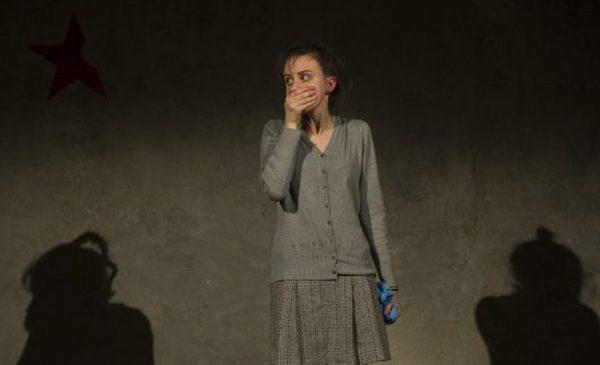 Institutul Goethe prezintă la Teatrul Odeon DE CE FIERBE COPILUL ÎN MĂMĂLIGĂ