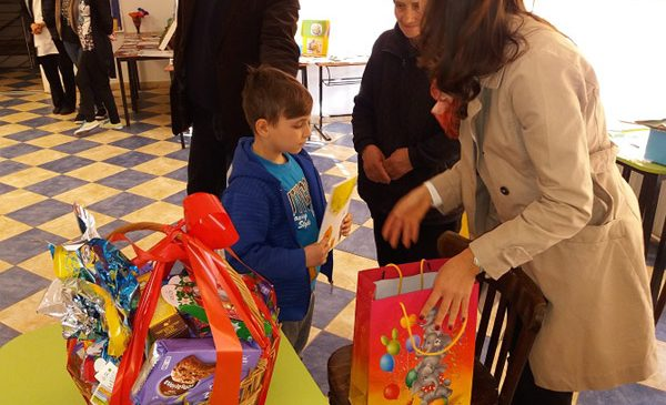 70 de familii cu probleme sociale s-au bucurat de sărbătorile Pascale cu ajutorul Voluntarilor Piraeus Bank