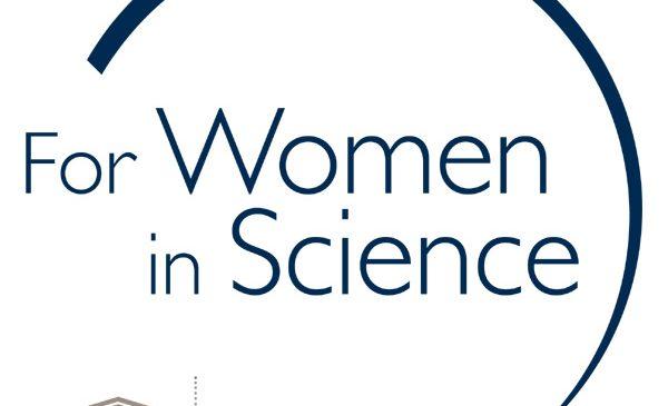 """Cercetătoare de renume pregătesc elevele pentru o carieră în științe exacte, parte a programului """"Pentru Femeile din Știință"""""""