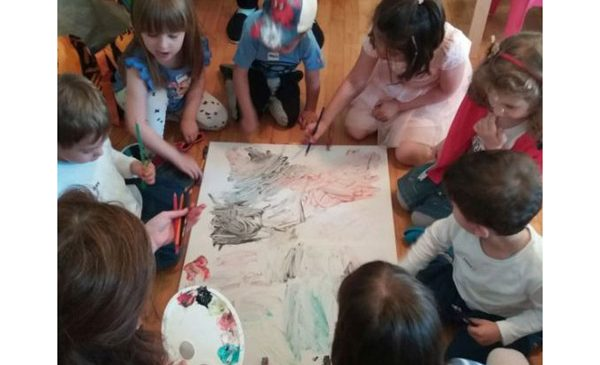 Testează şi Pictează cu Pastă de Dinţi: Ateliere de artă colaborativă şi educaţie pentru sănătatea dentară a celor mici