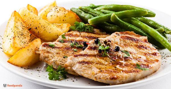 Meniu de vară la români: Comenzile de salate au crescut cu 30%, dar ceafa de porc și cartofii prăjiți rămân în top