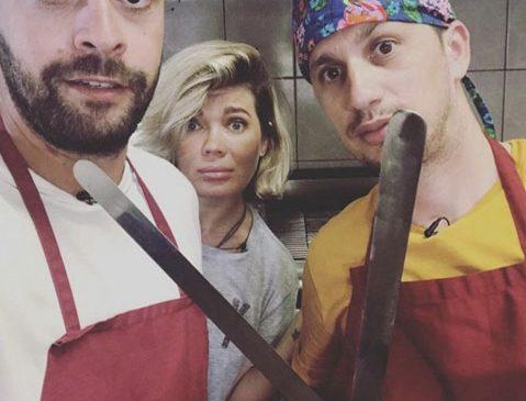 """Gina, Speak și Flick devin experți în limbajul semnelor în prima ediție a emisiunii  ,,Aventură cu 4 stele"""" din Grecia"""