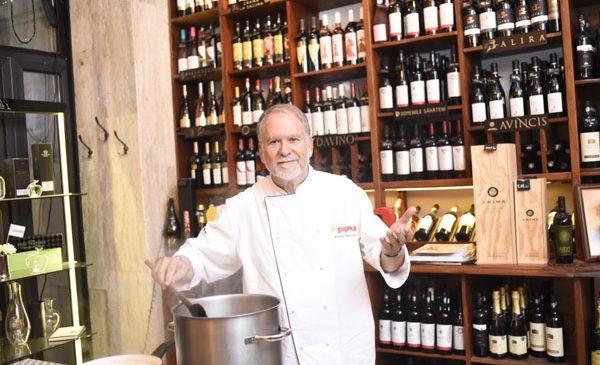 """Antonio Passarelli le-a gătit jurnaliștilor, la evenimentul de lansare al emisiunii TV Paprika, """"La piață cu Antonio Passarelli"""""""