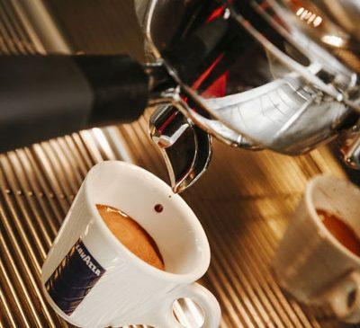 Cafeaua, de la poțiunea diavolului la cea mai iubită băutură