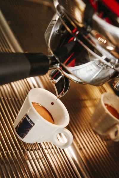 Cafeaua, de la potiunea diavolului la bautura preferata a oamenilor