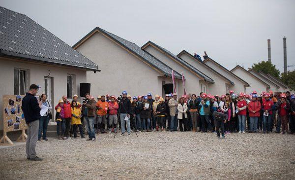 Habitat for Humanity România a construit 36 de case în 5 zile la Bacău
