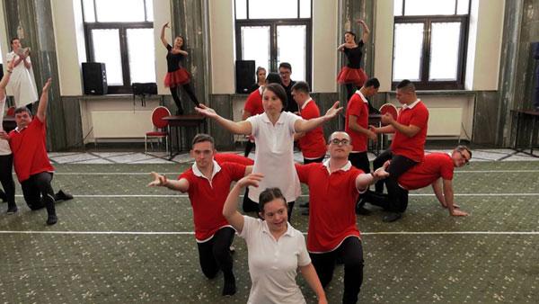 """Spectacolul """"Tabăra de Dans Urban"""" – un entuziast proiect-pilot de dans adaptat pentru persoane cu abilități diferite – a fost prezentat în deschiderea anului universitar UNEFS"""