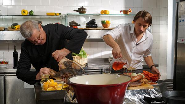 """Dinescu găteşte la două capete: """"mâncare animalică pentru oameni fini"""""""
