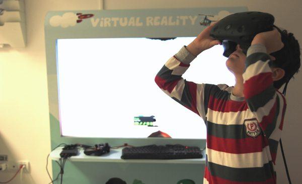 Terapie cu ajutorul realității virtuale pentru 100 de copii cu boli incurabile sau care le limitează viața, din întreaga țară