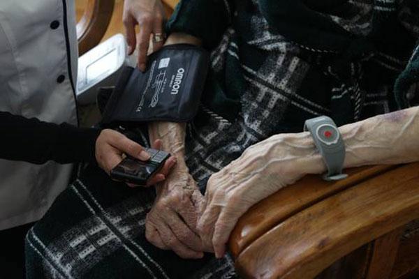 Butonul Rosu, un sistem unic de teleasistenta destinat persoanelor varstnice din Romania