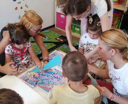 Preșcolari și școlari cu autism, pregătiți pentru integrarea în sistemul școlar din România printr-un program educațional derulat de ATCA