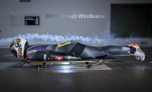 Pregătiri olimpice: Tunelul aerodinamic BMW oferă sportivilor de skeleton răspunsuri preţioase cu privire la materialul de concurs şi poziţia ideală de coborâre