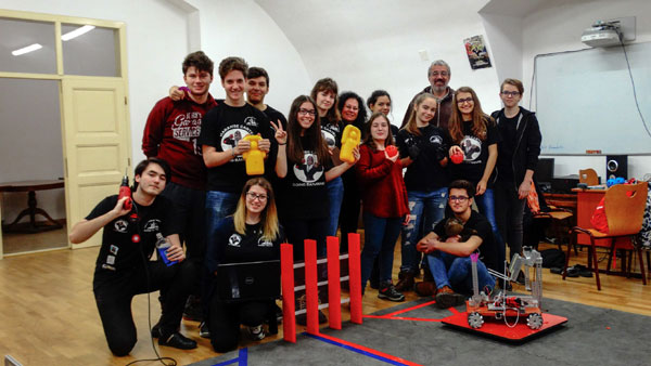 """Ileana Selejan, profesoara din Arad care își inspiră elevii să construiască roboți: """"E foarte important să îi vezi pe copii bucuroși"""""""