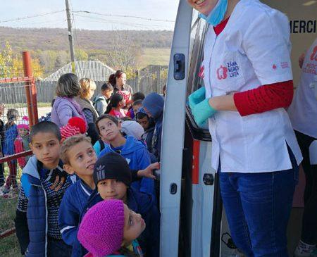 """1.200 de copii din comunități rurale sărace, beneficiari ai consultațiilor gratuite oferite prin """"Zâna Merciluţă"""", primul cabinet stomatologic mobil"""
