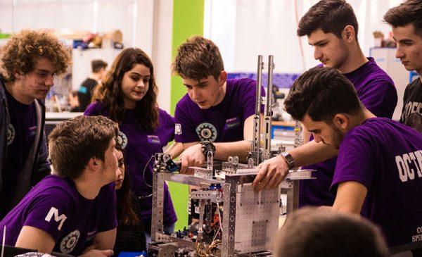 Clujul dă startul demo-regionalelor competiției de robotică pentru licee cu cel mai mare număr de echipe înscrise