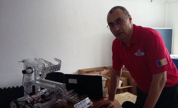 """Jumatate dintre elevii echipei """"Robotica CNRG"""" din Slatina care vin în București la marea finală FIRST Tech Challenge sunt olimpici la diverse materii"""