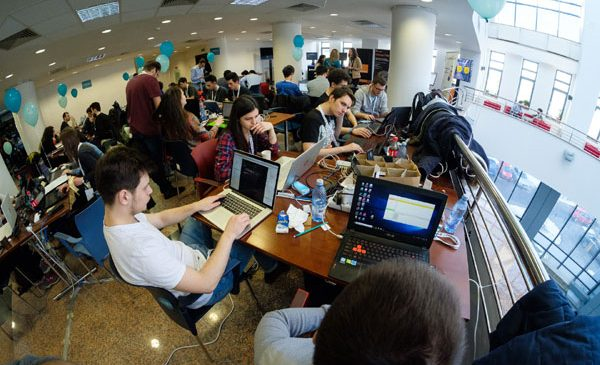 Carrefour susține tinerii pasionați de tehnologie, pentru al 3-lea an consecutiv, la Hackathon-ul din București al programului Innovation Labs