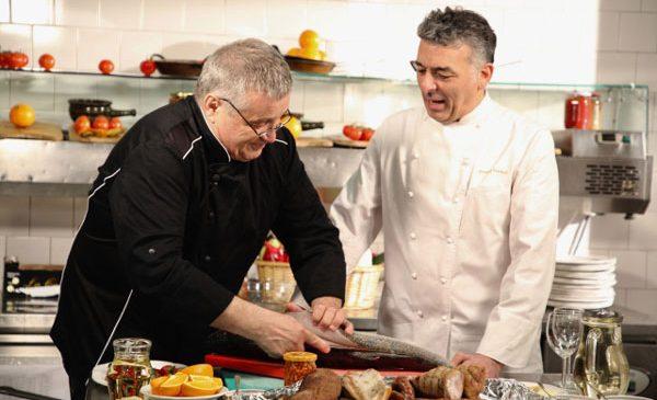 """La un """"şalău pictat"""": Un artist într-ale gătitului, în bucătăria lui Dinescu"""