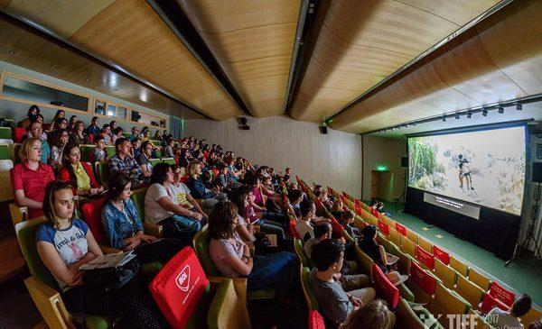 Orele de istorie vor deveni mai interactive datorită unui nou program de educație cinematografică – TEHC