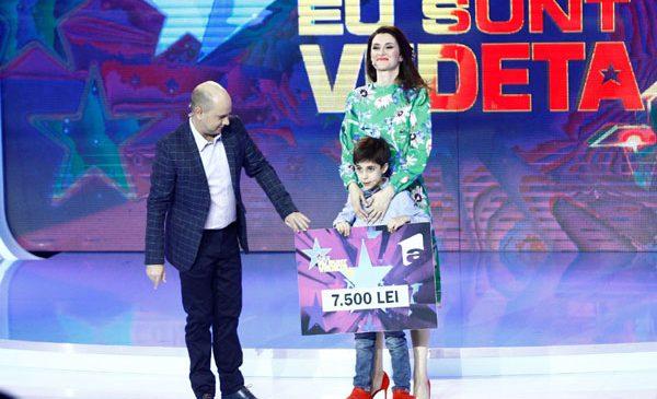 """Iuliana Tudor și fiul ei, Tudor, au donat cei 7.500 de lei câștigați la """"Aici eu sunt vedeta"""" unei mame grav bolnave"""