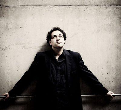 După un mare succes la Opera Regală din Londra, Leo Hussain dirijează Enescu la Sala Radio