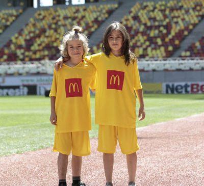 Sasha și Dennis, câștigătorii McDonald's Player Escort, vor intra pe teren în debutul Campionatului Mondial de Fotbal din Rusia