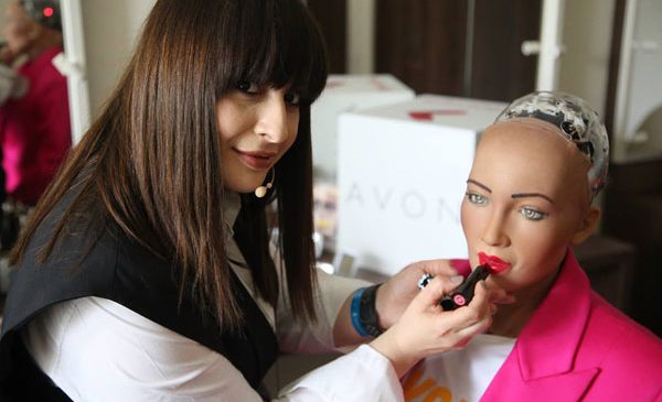 Sophia, primul robot cu cetățenie din lume, a purtat în premieră machiaj AVON pe scena Brand Minds 2018