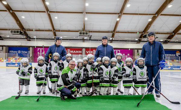 ŠKODA îi sponsorizează pe micuții jucători de hochei la patinoarul Țiriac-Telekom Arena