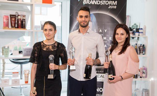 """Studenții români vor să reinventeze piața saloanelor de coafură cu o """"imprimantă"""" pentru păr"""
