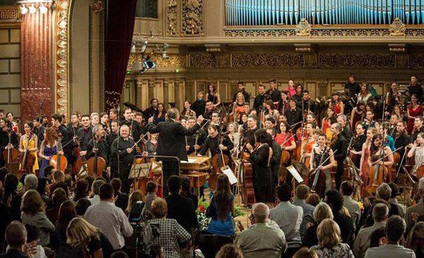 Cristian Mandeal dirijează 100 de violonceliști pe scena Ateneului pentru România 100