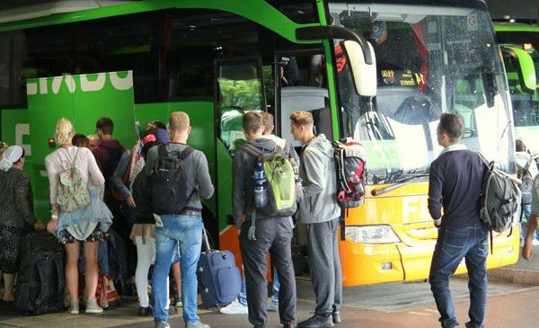 Tot mai mulți români călătoresc în străinătate cu autocarul vara. Top trei cele mai populare destinații