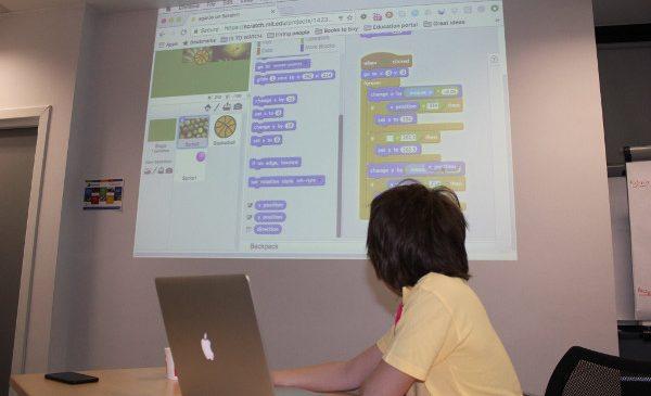 450 de copii se pregătesc pentru joburile viitorului prin participarea la atelierele de programare și robotică CoderDojo