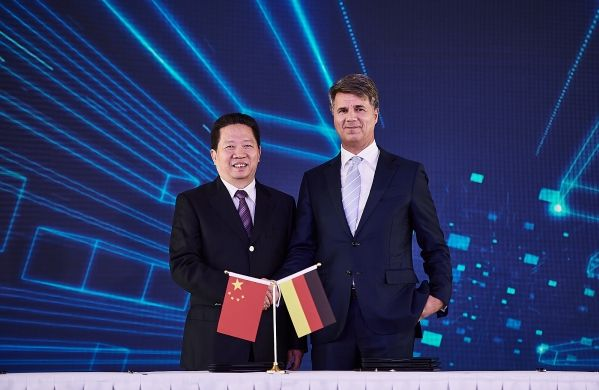Harald Krüger (Chairman of the Board of Management of BMW AG) shaking hands with party secretary Chen Qiufa (CPC Liaoning Committee)