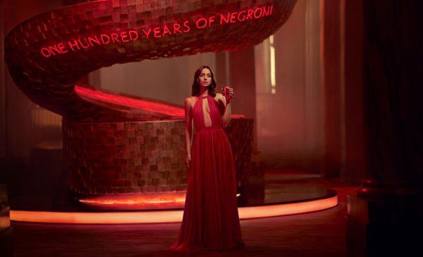 Campari Red Diaries – Entering Red: Ana de Armas este starul scurtmetrajului regizat de Matteo Garrone