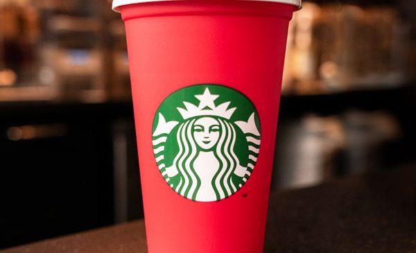 Starbucks lansează pentru prima dată paharul reutilizabil în varianta de sărbători