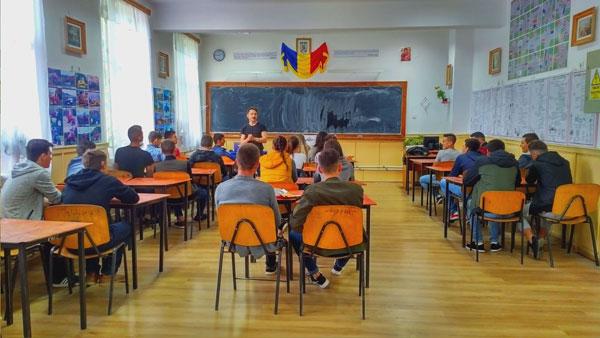 Peste 80% dintre adolescenții din 15 licee din zona Moldovei nu discută cu părinții despre sex sau contracepție