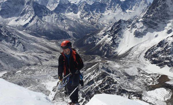 Românul plecat în Himalaya pentru cauza copiilor în dificultate a transmis un mesaj emoționant de pe vârful Lobuche East
