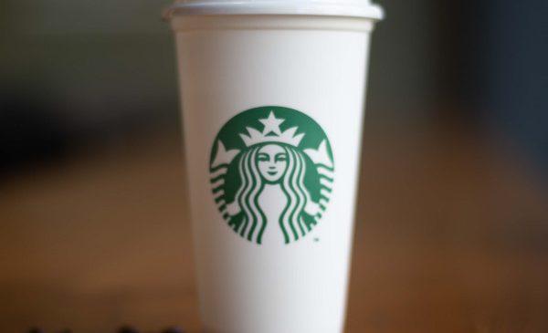 Starbucks oferă gratuit pahare reutilizabile de Ziua Pământului