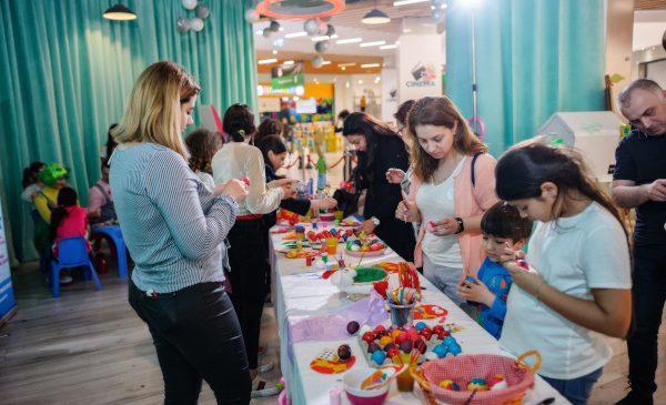 """Evenimentul """"Recipe of Good Deeds"""" de la Veranda Mall a reunit vedete și influenceri care au strâns donații pentru copii"""