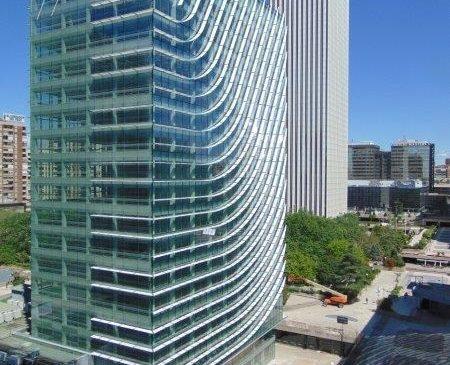 Castellana 77, o clădire sustenabilă cu fațada din sticlă Guardian Glass