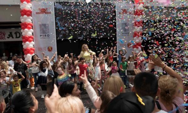 Sute de copii s-au bucurat de un spectacol de dans și muzică, momente interactive și surprize dulci la Dragonul Roșu