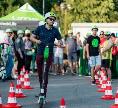 """Academia Lime """"FIRST Ride"""" a reunit pentru prima dată la București comunitatea utilizatorilor de trotinete electrice pentru a promova responsabilitatea în trafic"""