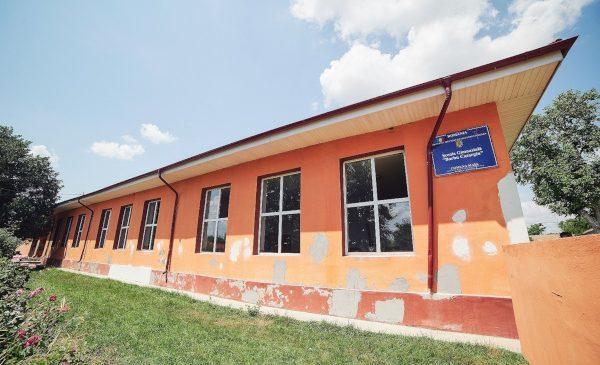 Starbucks România renovează școala din comuna Maia, Ialomița, alături de World Vision