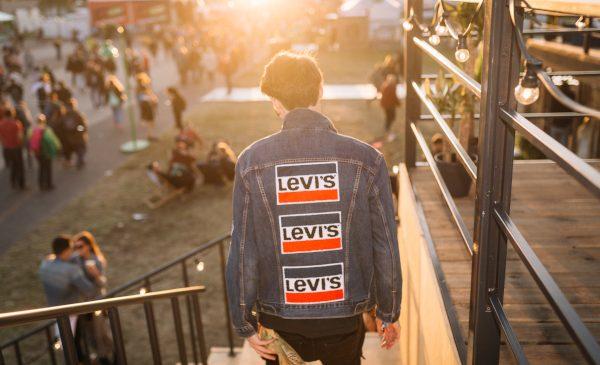 LEVI'S® te așteaptă la Summer Well să îți personalizezi cel mai cool outfit din denim în Tailor Shop